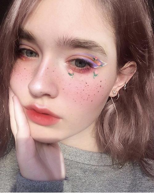Với kiểu trang điểm này, đừng ngại thử những gam màu hơi sặc sỡ một chút, tuy nhiên hạn chế dùng quá nhiều màu sắc trên gương mặt gây cảm giác lòe loẹt.