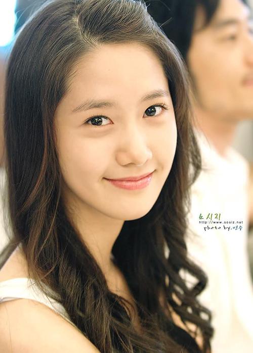 Yoon Ah được chọn là Center của SNSD nhờ nhan sắc. Cô nàng liên tục lọt top những mỹ nhân hàng đầu Kpop trong suốt những năm hoạt động. SM cũng thường xuyên ưu ái, cho Yoon Ah tham gia các hoạt động solo, đóng phim. Nữ ca sĩ là người có thu nhập khủng và danh tiếng cao nhất SNSD.