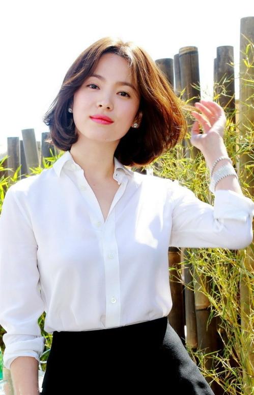 Trước đây, Song Hye Kyo cũng đã nhiều lần gây sốt với mái tóc ngắn sang chảnh. Chính cô là người tạo lên trào lưu cắt tóc ngắn của chị em châu Á năm 2014 sau bộ phim điện ảnh The Crossing đình đám.