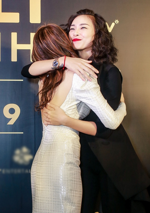 Đạo diễn - diễn viên Ngô Thanh Vân dành cho Mỹ Tâm cái ôm chúc mừng.
