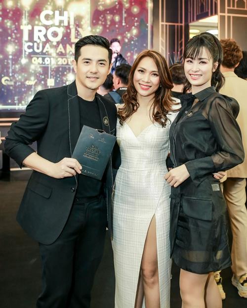 Đông Nhi - Ông Cao Thắng tình tứ dự ra mắt phim.