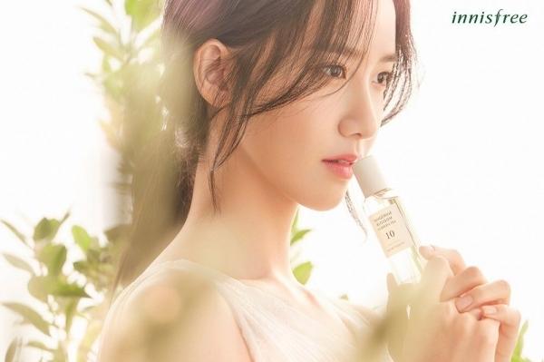 Yoon Ah là gương mặt đại diên cho nhãn hàng Innisfree. Nữ ca sĩ là ngôi sao quảng cáo mỹ phẩm đắt giá của Kpop, có hợp đồng hơn 10 năm. Mỗi năm, visual của SNSD giúp thương hiệu thu doanh thu khủng. Những hình ảnh Yoon Ah chụp cho Innisfree thường gây sốt vì quá đẹp.