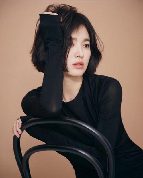 Mái tóc ngắn khi được tút tát lại trôngrất phù hợp với thần thái sang trọng, quý phái vốn có của Song Hye Kyo.