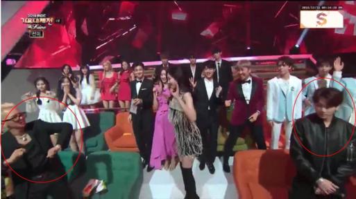 Trong khi tất cả mọi người đều phấn khích, đặc biệt là Mino (Winner), thì Jung Kook lại đứng yên nhút nhát.