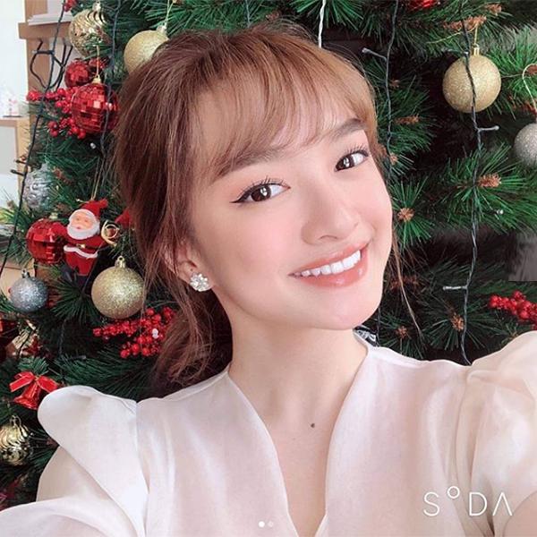 Vốn đã có nhan sắc vạn người mê, Kaity Nguyễn trông càng ngây thơ, hút mắt khi tái xuất thời gian gần đây cùng dự án phim mới. Nhiều người khen ngợi nữ diễn viên xinh lên trông thấy và tò mò bí quyếtcủa cô nàng.