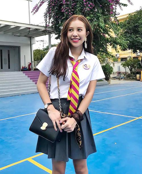 Có vẻ đẹp ngây thơ cùng răng khểnh, nữ diễn viên Hồng Anh Kichi rất đắt show đóng phim học đường, thường xuyên khoác lên mình những bộ đồng phục xinh xắn.