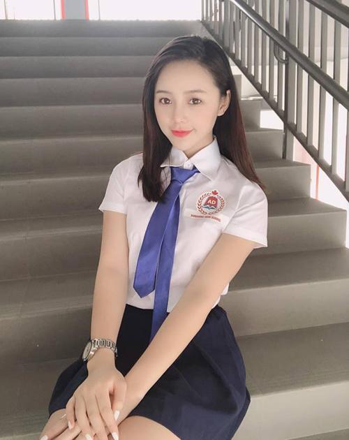 Quỳnh Kool đã rời ghế nhà trường từ lâu nhưng vẫn sở hữu vẻ đẹp búng ra sữa. Diện đồng phục, cô nàng trông đáng yêu chẳng kém các nữ sinh thực thụ.