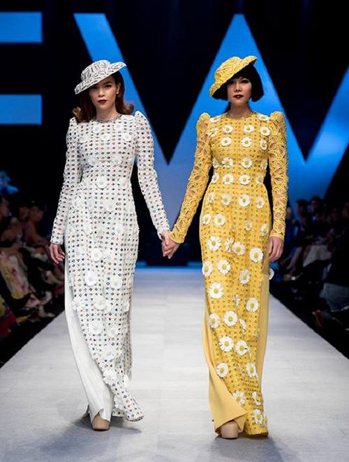 ... từng được Hà Hồ mặc khi làm vedette trong show của NTK Công Trí. Thanh Hằng cũng mặc thiết kế tương tự nhưng có màu vàng.