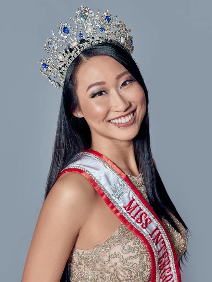 <p> Đại diện Canada - Alice Li - bị chê kém sắc, ngũ quan không cân đối. Tuy nhiên cô gái 24 tuổi lại được đánh giá cao ở trình độ học vấn. Hiện, Alice Li đang làm việc tại một công ty kiểm toán ở trong nước. Cô sở hữu nhiều tài lẻ: ca hát, khiêu vũ, làm người mẫu.</p>