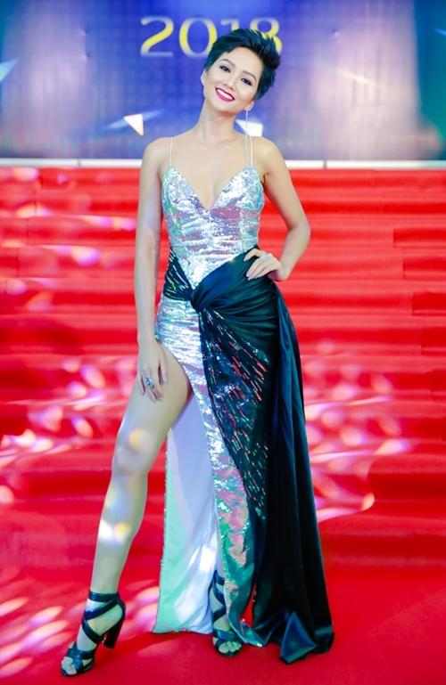 HHen Niê nổi bật với váy xẻ đùi cao và mái tóc tém cá tính.