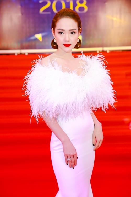 Minh Hằng đẹp sắc sảo trên thảm đỏ.