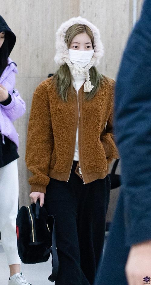 Twice bộ sưu tập áo khoác, Lisa khí chất ngời ngời ở sân bay - 1
