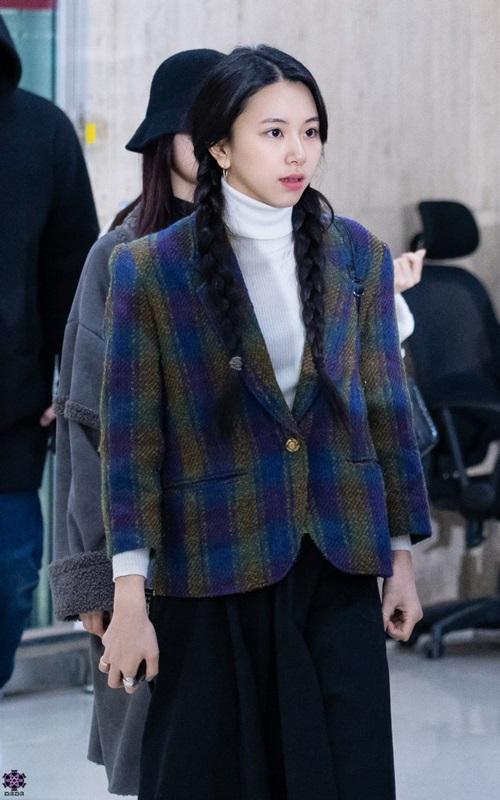 Twice bộ sưu tập áo khoác, Lisa khí chất ngời ngời ở sân bay - 3