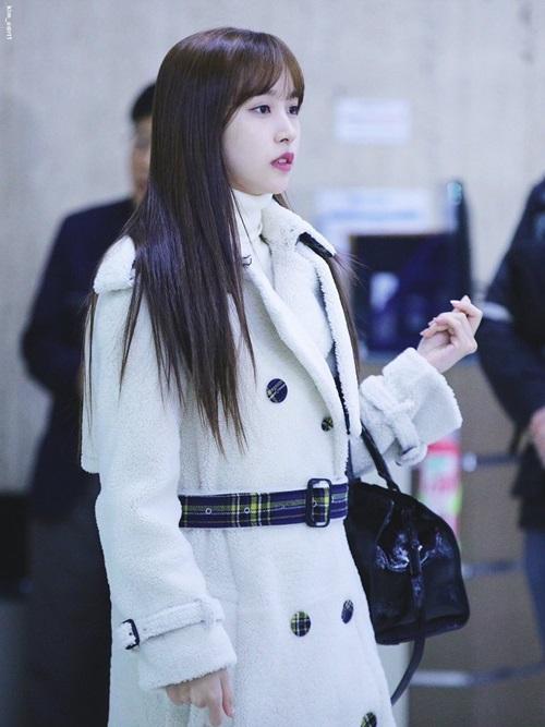 Twice bộ sưu tập áo khoác, Lisa khí chất ngời ngời ở sân bay - 5