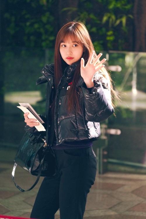 Twice bộ sưu tập áo khoác, Lisa khí chất ngời ngời ở sân bay - 4