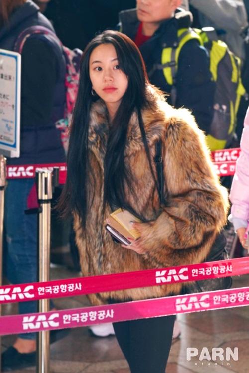 Twice bộ sưu tập áo khoác, Lisa khí chất ngời ngời ở sân bay - 2