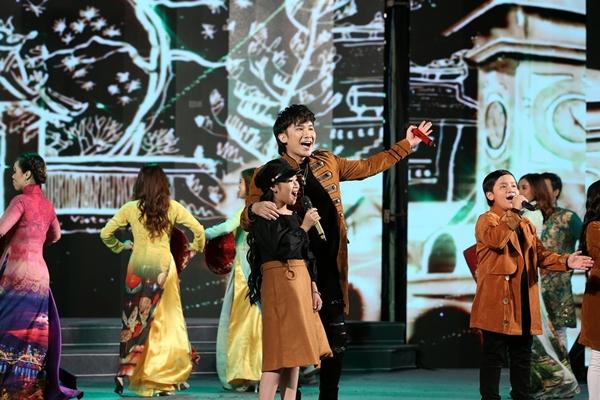 Chí Thiện cùng các học trò thể hiện tình yêu với quê hương, lan truyền thông điệp điều tử tế giản đơn qua ca khúc mở màn Xin chào Việt Nam.