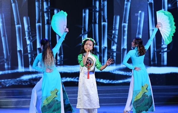 Bé Vân Anh - một học trò khác của Chí Thiện trình bày ca khúc Thương ca Việt Nam.
