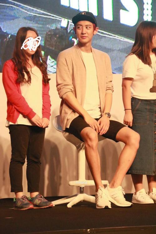 Chan Yeol cao đến mức khi anh ngồi xuống rồi mà vẫn to con hơn mọi người.