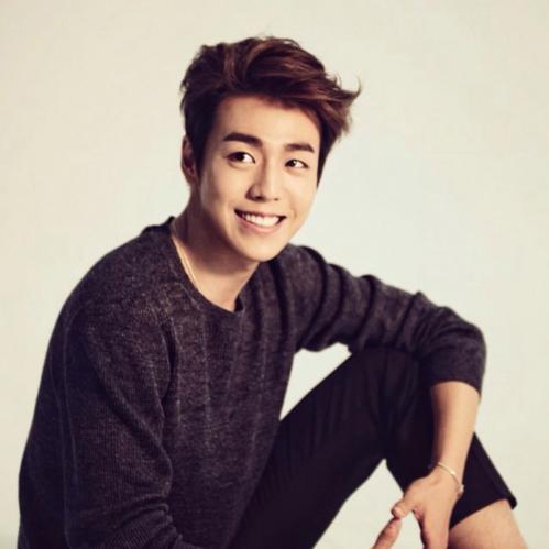 Đôi mắt cún con cùng ngoại hình đẹp như hoalà yếu tố giúp Lee Hyun Woo thường bị nhiều fan nhầm lẫn là ca sĩ.