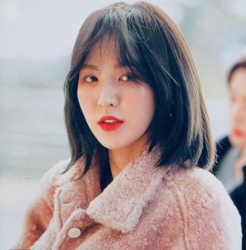 Ngày 5/1, Red Velvet lên đường sang Nhật Bản và Wendy trở thành tâm điểm chú ý với mái tóc mới. Những bức ảnh preview, chưa qua chỉnh của ngôi sào SM trở thành đề tài hot.