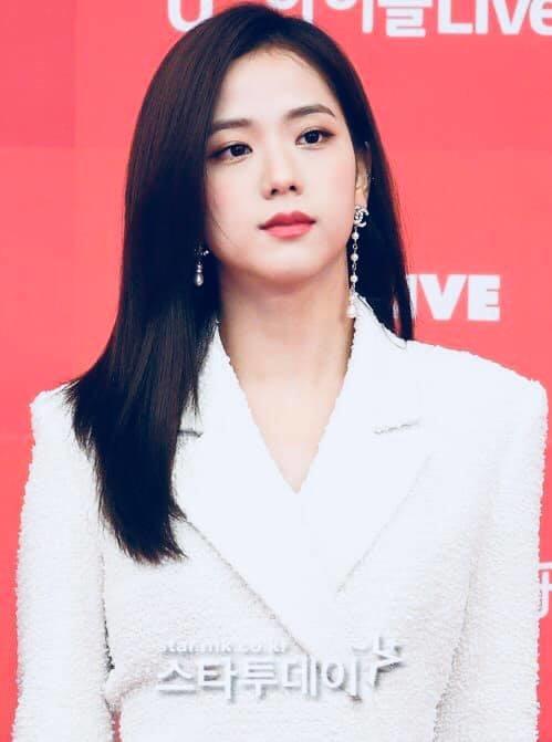 Nhan sắc nhẹ nhàng của Ji Soo nhận được nhiều lời khen ngợi.