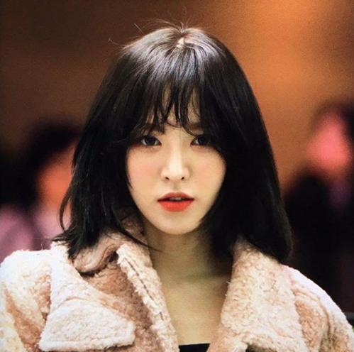 Wendy tỉa tóc ngắn ngang vai, mái thưa và nhuộm tông đen. Kiểu tóc không đặc biệt nhưng lại cực kỳ phù hợp với gương mặt của nữ ca sĩ. Netizen trầm trồ trước nhan sắc và khí chất của thành viên Red Velvet.