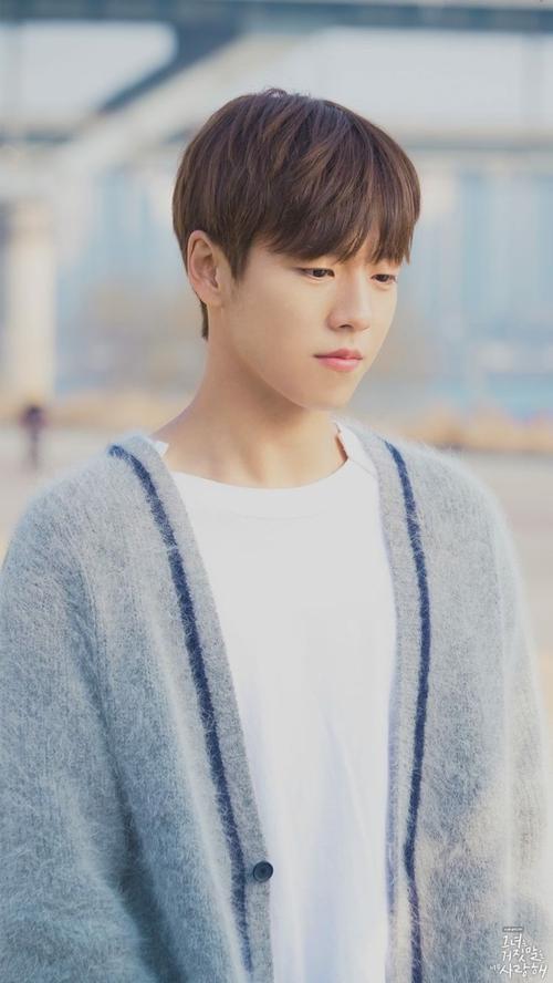 Lee Hyun Woo (1993) từng là diễn viên nhí nổi tiếng qua những bộ phim như The Return of Iljimae,Nữ hoàngSeon Deok, Cao thủ học đường.