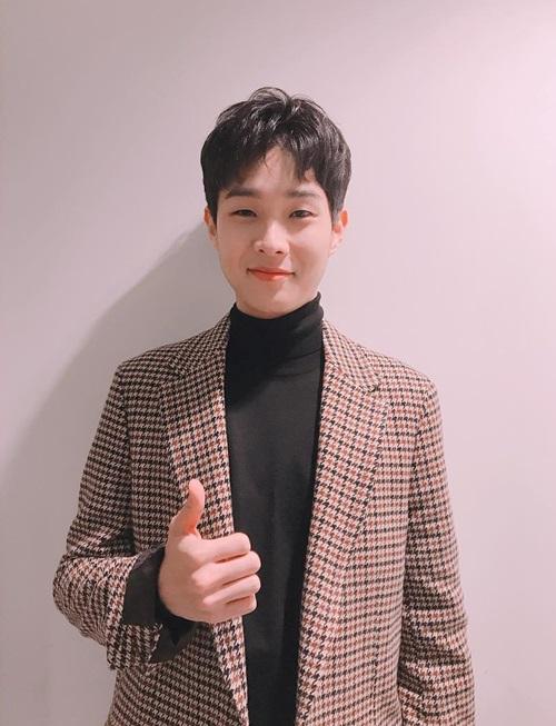 Choi Woo Shik (1990) khởi đầu sự nghiệp từ khi ký hợp đồng với JYP, một công ty quá tiếng tăm về mảng đào tạo idol. Ấn tượng đầu tiên của nhiều khán giả khi nhìn anh chàng là sự hoài nghi, không rõ đây là diễn viên hay là ca sĩ.