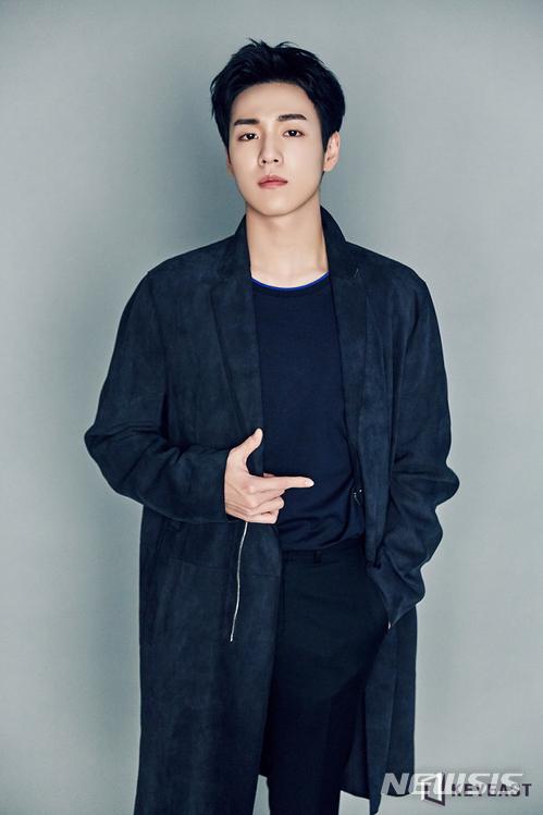 Bộ phim gần nhất của nam diễn viên họ Lee là The Liar and His Lover không đạt nhiều thành công như mong đợi. Một sốfan tiếc nuối cho Lee Hyun Woo vì anh có ngoại hình và tài năng cùng sự nghiệp diễn xuất lâu nămnhưng mãi vẫn không bật lên được.
