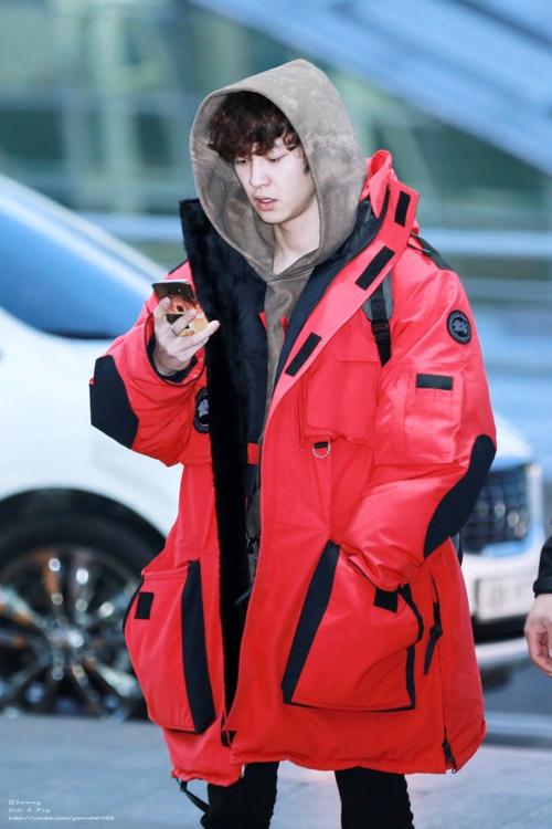Thoạt nhìn đây sẽ là một chiếc áo khoác có độ dàibình thường của Chan Yeol đúng không?