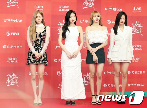 Sự xuất hiện của Black Pink là tâm điểm chú ý. Jennie lần đầu lộ mặt sau scandal hẹn hò. Lần này, cô nàng là thành viên duy nhất mặc kiểu váy liền dài che chân. Trang phục của Jennie không còn nổi bật nhất mà vị trí đó thuộc về Lisa.