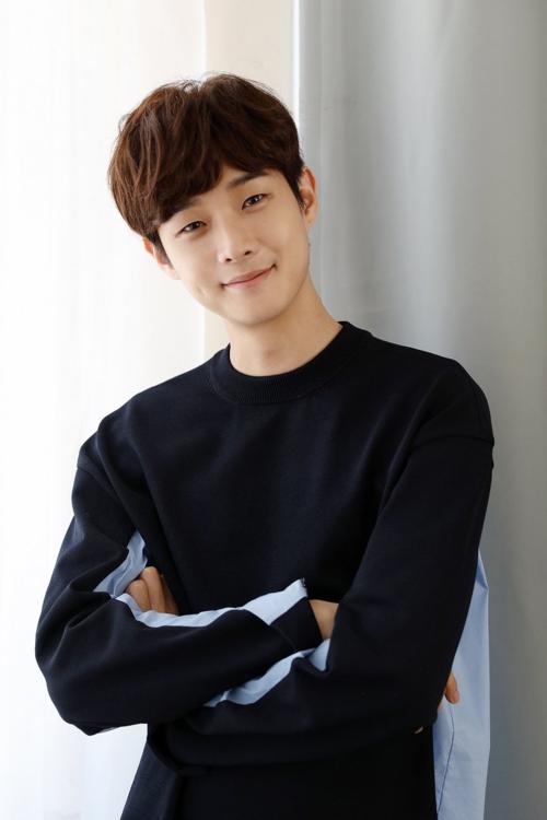 Nam diễn viên cũng có ngoại hình điển trai và body cao ráo, đúng gu số đông fan Kpop.