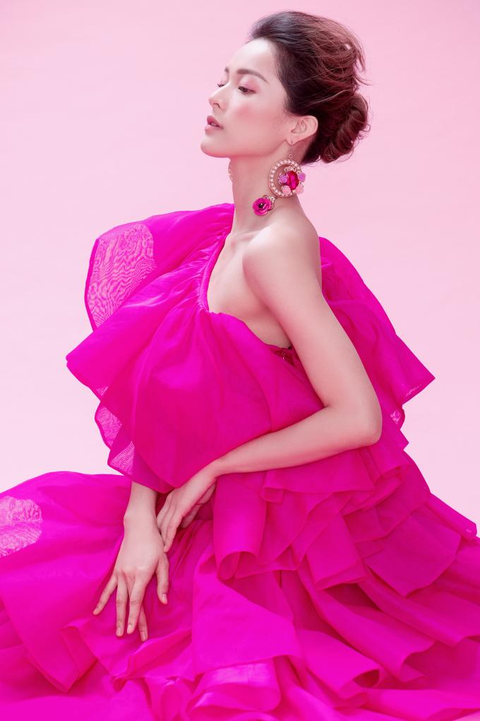<p> Hạ Vy như nàng công chúa bước ra từ câu chuyện thần thoại với những chiếc váy dài thướt tha được tạo nên từ hàng nghìn mảnh vải, xếp chồng lên nhau theo những đường dún mềm mại, quyến rũ.</p>