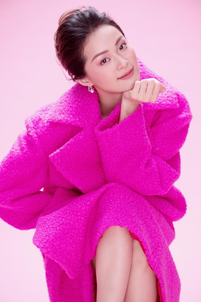 <p> Những thiết kế hồng rực rỡ vừa được Đỗ Mạnh Cường giới thiệu trong BST thu đông 2018 tôn lên vẻ tươi trẻ, ngọt ngào và cũng rất mong manh của Hạ Vy.</p>