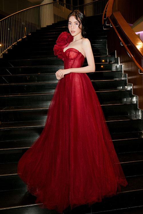 Elly Trần xinh hóa công chúavới bộ váybồng bềnh.