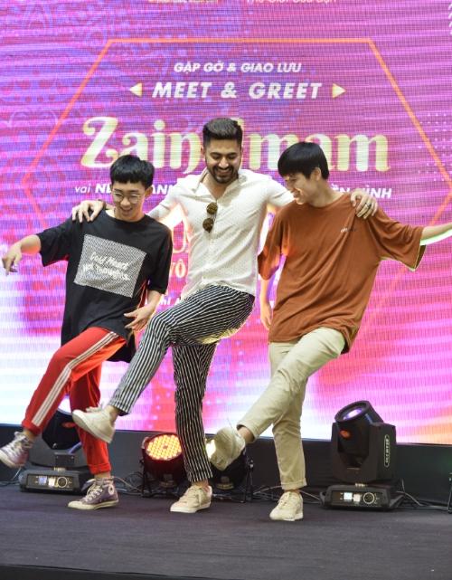 Tại buổi giao lưu, ngôi sao đến từ Bollywood nhiệt tình nhảy múa, chơi những trò chơi vui nhộn cùng fan.