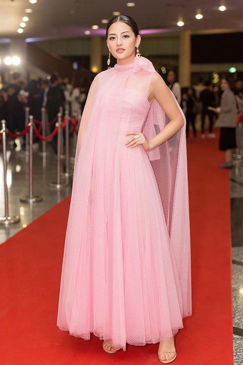 Diễn viên Thùy Anh diện cây đầm hồng của NTK Đỗ Mạnh Cường khoe vẻ xinh đẹp.\