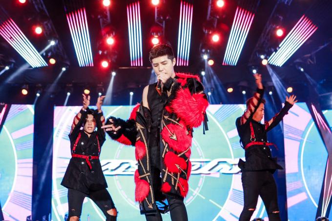 <p> Màn biểu diễn sung khiến nhiều lúc Noo phải lả lơi với chiếc áo khoác trên sân khấu khiến fan nữ chỉ biết hú hét.</p>