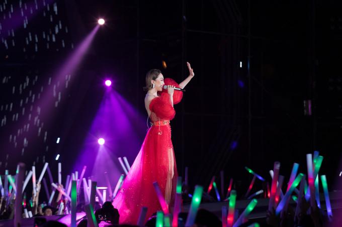"""<p> Tóc Tiên xuất hiện với trang phục ấn tượng, biểu diễn cùng với DJ ảo. Khán giả được hò reo cùng 3 ca khúc """"Có ai thương em như anh"""", """"Không ai hơn em đâu anh"""" và một bản mashup """"I'm in love"""".</p>"""