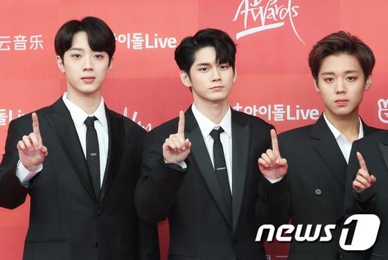 Wanna One là một hiện tượng trong năm 2018 nhưng nhóm gây tiếc nuối khi sớm tan rã. Park Ji Hoon (ngoài cùng bên phải) có hình tượng trưởng thành hơn khi để tóc lộ trán.
