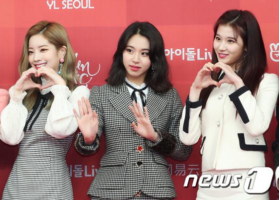 Chae Young (đứng giữa) liên tục biến hóa với các kiểu tóc. Cô nàng được ca ngợi là idol có thể cân được mọi phong cách.