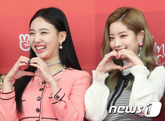 Na Yeon (áo hồng) lộ nụ cười hở lợi, cằm nọng trên thảm đỏ.