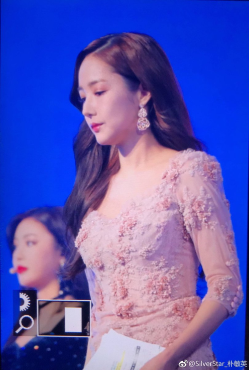 Suốt chương trình, từ khóa về Park Min Young liên tục được lọt top tìm kiếm tại Daum, Naver. Netizen Hàn Quốc bày tỏ sự ấn tượng dành cho ngoại hình hoàn hảo, xinh đẹp như nữ thần của thư ký Kim.