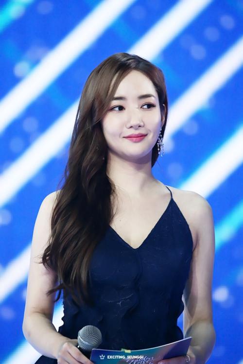 Khi Park Min Young thay bộ váy thứ hai, cô càng khiến dân tình bấn loạn với vẻ sexy của mình.