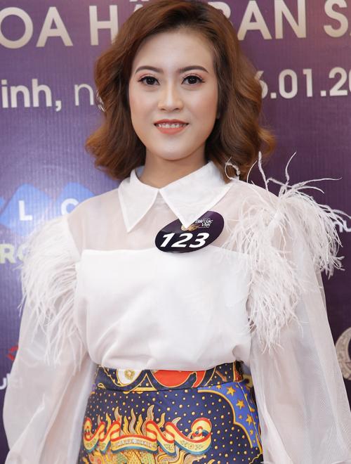 Các thí sinh diện trang phục rườm rà được cho là không phù hợp.