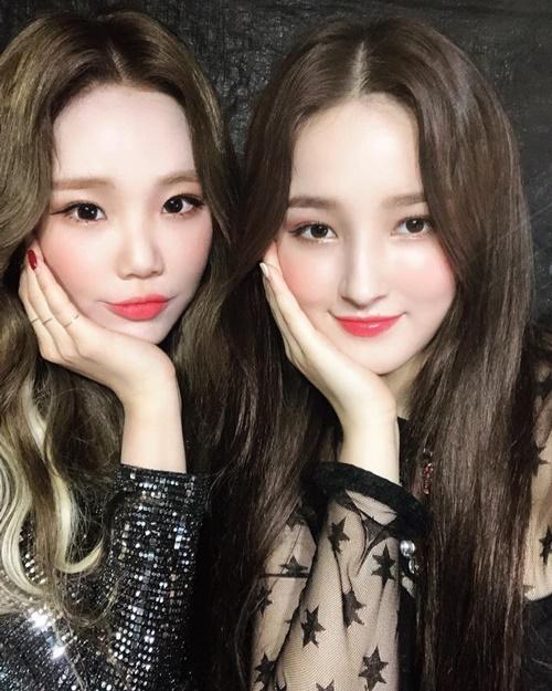JooE và Nancy khoe vẻ xinh yêu như búp bê với kiểu pose hình đồng điệu.