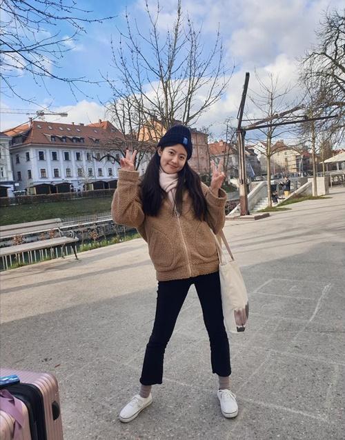 Nam Ji Hyun xách valy đi du lịch đầu năm, hào hứng tạo dáng nhí nhảnh.