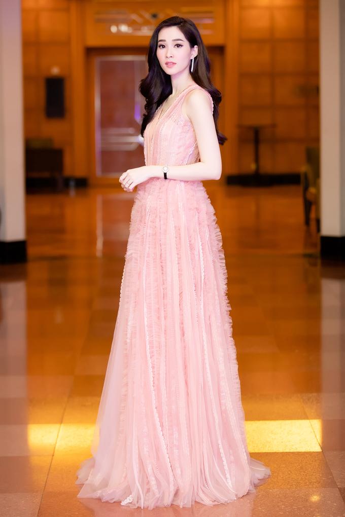 """<p> Xuất hiện tại một sự kiện thời trang tối 5/1 tại Hà Nội, Hoa hậu <a href=""""https://ione.vnexpress.net/photo/viet-nam/hoa-hau-thu-thao-dien-do-mong-manh-giua-troi-ret-3864241.html"""">Thu Thảo</a> khoe vẻ đẹp mong manh, thuần khiết với thiết kế đầm voan mỏng nhưng không phản cảm. Đây là sự kiện hiếm hoi người đẹp Bạc Liêu xuất hiện sau khi sinh con gái đầu lòng.</p>"""