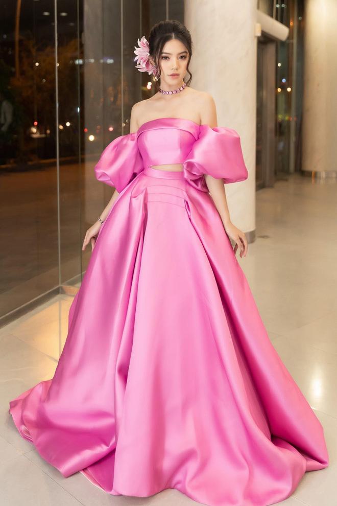 <p> Jolie Nguyễn diện đầm lệch vai màu hồng thạch anh, chất liệu vải bóng của NTK Huy Trần. Cô phối cùng bộ phụ kiện ton sur ton có giá hơn 200 triệu đồng của Bottega Veneta.</p>